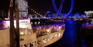 Restaurant-Ship-Hispaniola-at-night